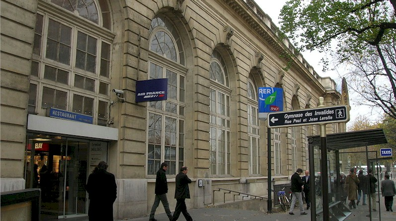 paris-gare-des-invalides-train-station-rer-c