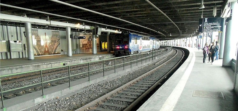 paris-gare-du-champs-de-mars-tour-eiffel-train-station-rer-c