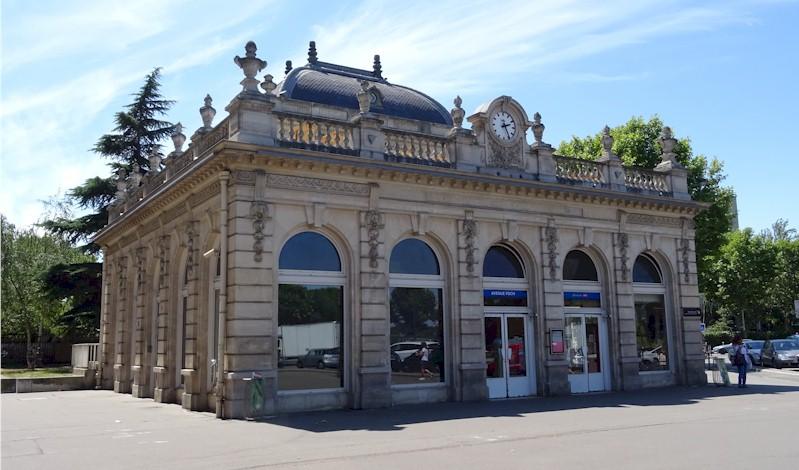 paris-garede-l-avenue-foch-train-station-facade