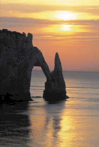 The cliffs of Etretat bathing in the dusk