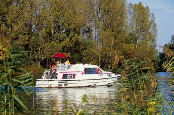 self-hire boats on a canal to discover Burgundy