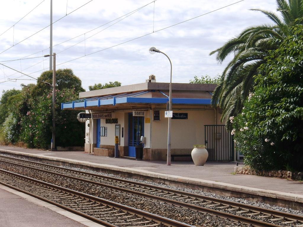 Boulouris-sur-Mer-train-station