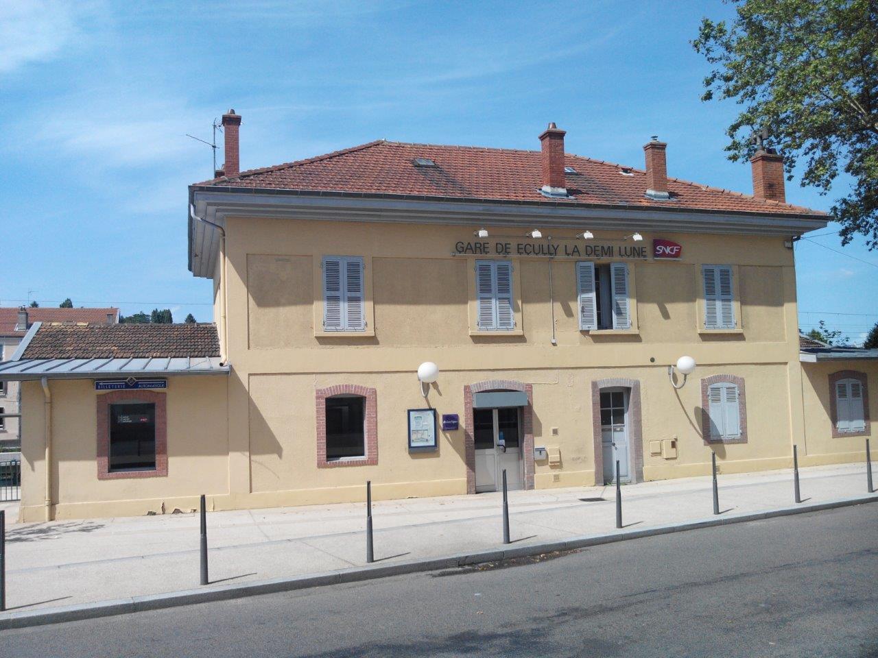 gare-d-ecully-la-demi-lune-train-station